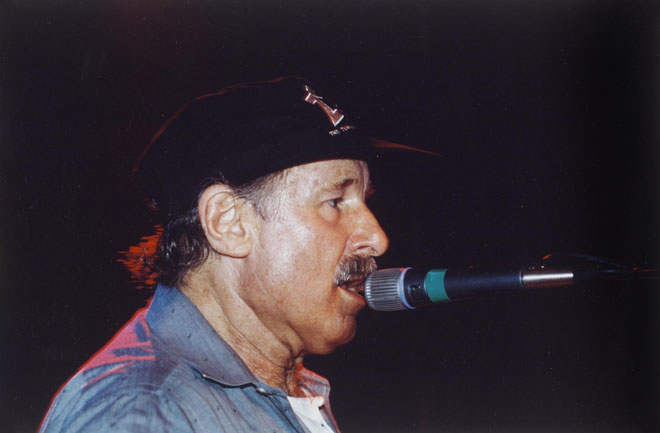 Portrait de Joe Zawinul qui chante