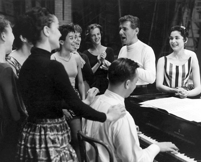 Leonard Bernstein pendant une répétition de West Side Story, 1957. Library of Congress, Music Division
