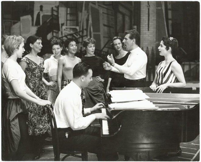 Leonard Bernstein dirigeant une répétition de West Side Story © NY Public Library, digital collections