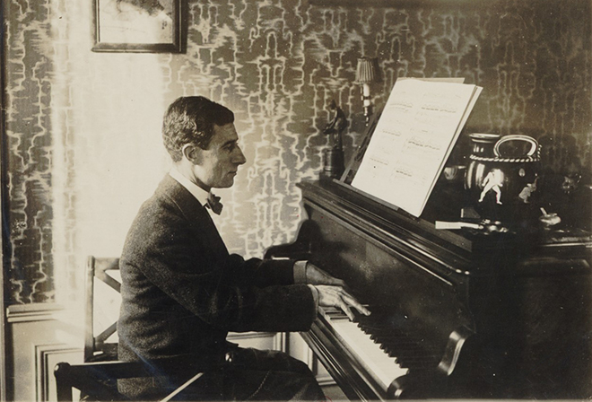 Maurice Ravel au piano, 1914. Gallica-BnF