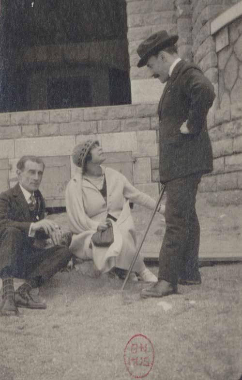 Maurice Ravel avec Hélène Jourdan Morhange et Ricardi Vines sur la plage de Saint Jean-de-Luz © BnF