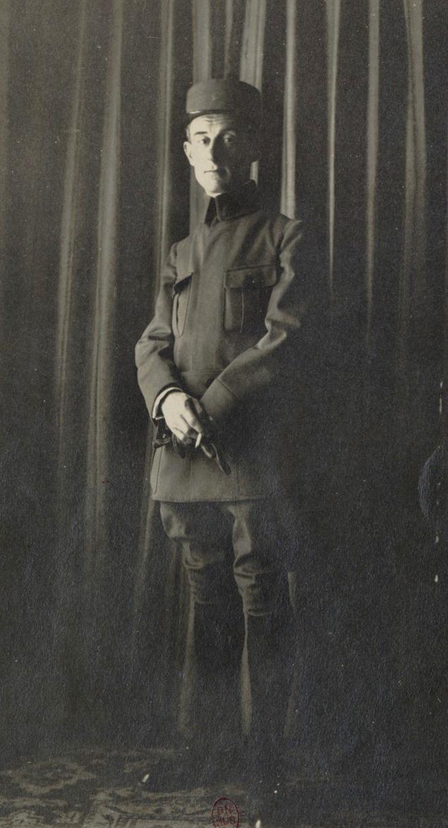 Maurice Ravel en soldat chez sa marraine de guerre Madame Dreyfus, photo de Roland-Manuel, 1916. Gallica-BnF