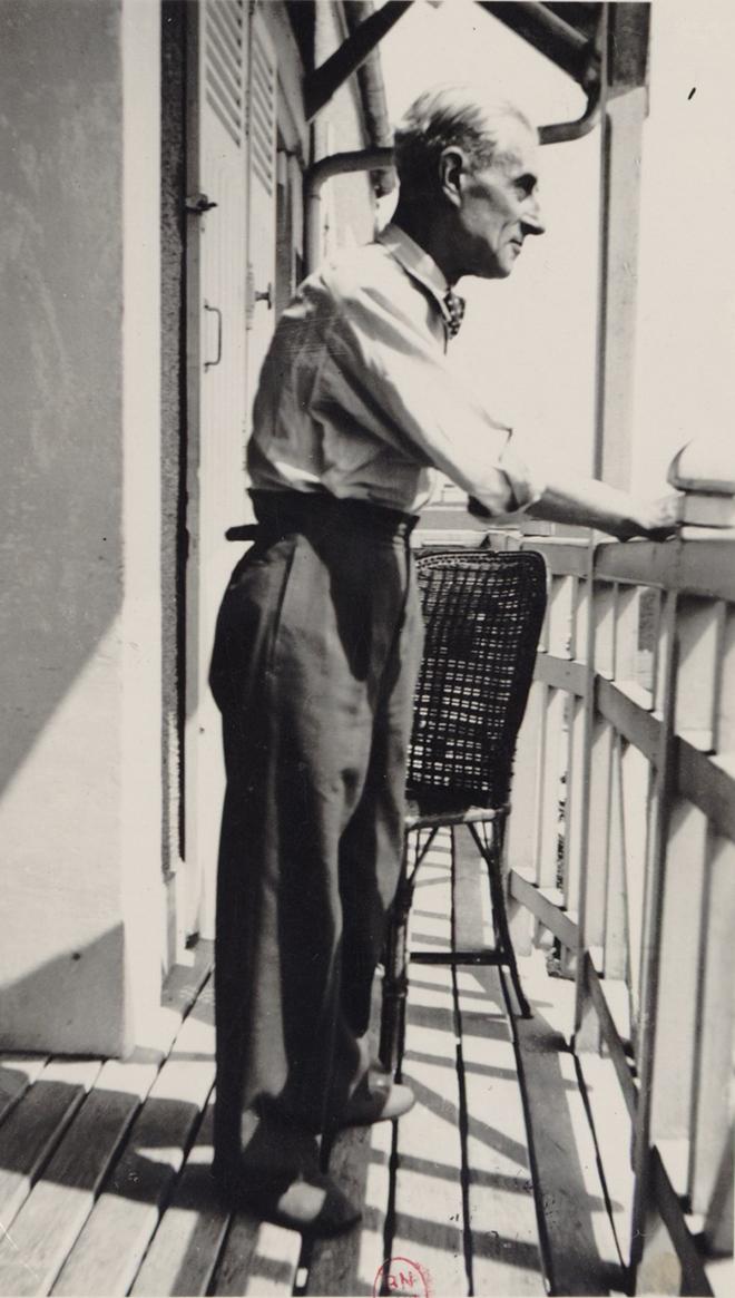 Maurice Ravel sur le balcon de Montfort, 1930. Gallica-BnF