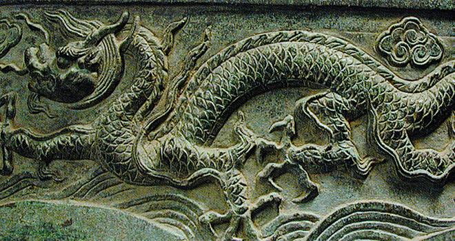 Exposition La voix du dragon, Dragon volant entre nuages et vagues © I.E.A.C, Midi-Pyrénées© Philharmonie de Paris - Cité de la musique