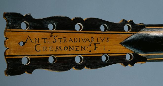 Exposition Violons Vuillaume, Guitare Stradivari collection Vuillaume © JM Anglès - Philharmonie de Paris - Cité de la musique