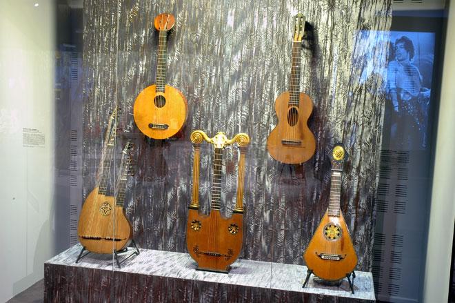 Vue de l'expositionTravelling guitars © Cité de la musique, Philharmonie de Paris