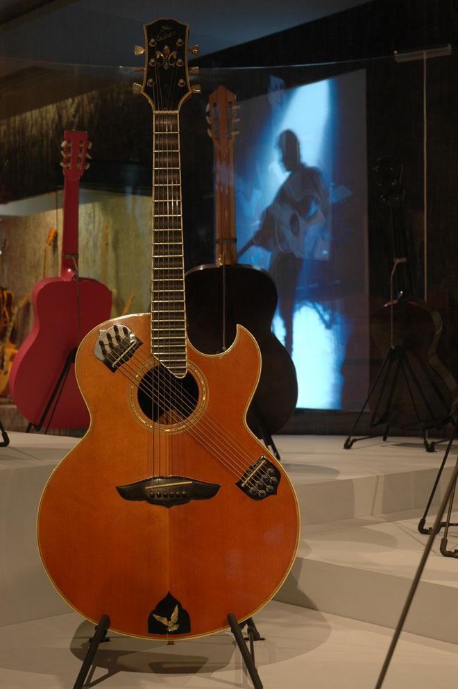 Guitare de John McLaughlin, Modèle Drone-string Gibson, Nashville, États-Unis, 1975, Prêt de Christian Pégand