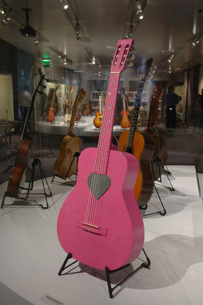 Guitare de Mathieu Chedid dit « M », Modèle Billie, Cyril Guérin, France, 2003, Prêt de Mathieu Chedid