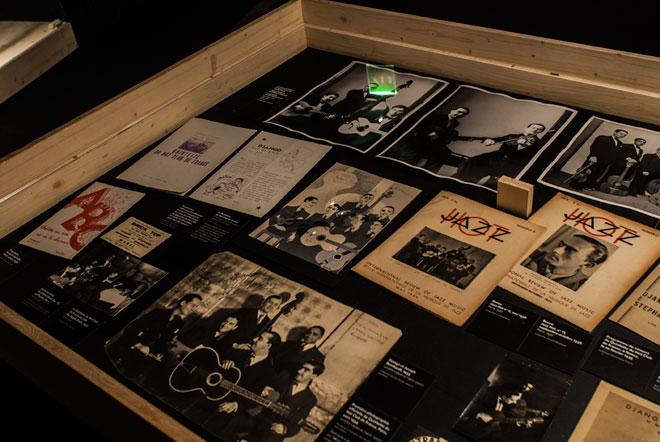 Vue de l'exposition Django Reinhardt - Jazz Hot ! ©Matthias Abhervé