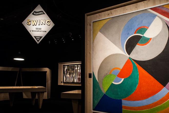 Vue de l'exposition Django Reinhardt - Nuages : swing sous l'Occupation (1940-1944) © Matthias Abhervé