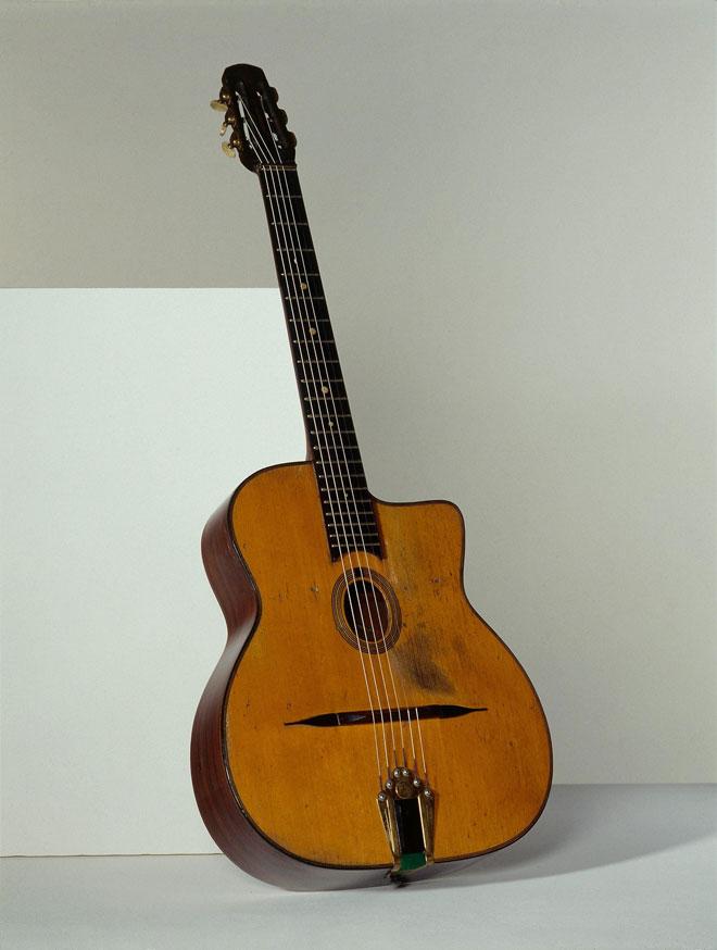 Vue de l'exposition Django Reinhardt - Guitare Django Reinhardt, Henri Selmer, Mantes, 1940 © Jean-Marc Anglès © Matthias Abhervé