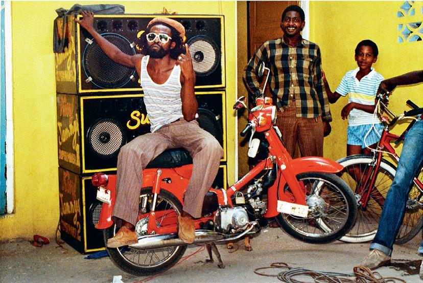 <q>Le chanteur Nitty Gritty dans la cour de King Jammy</q>, photographie Beth Lesser, 1985. © Philharmonie de Paris