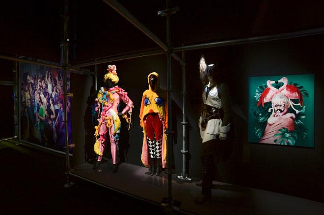 Vue de l'exposition Electro - Culture Queer Costumes  © Gil Lefauconnier
