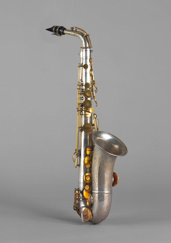 Saxophone alto en mi bémol, Adolphe Sax, Paris, milieu XIXe siècle, E.715 © Cité de la musique - Photo : Jean-Marc Anglès