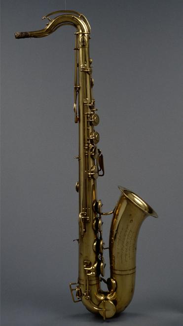 Saxophone ténor en si bémol, Adolphe Sax, Paris, 1868, E.1686 © Cité de la musique - Photo : Thierry Ollivier