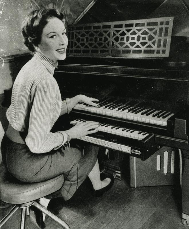 clavioline Selmer-Constant Martin sous le clavier d'un piano, Archives Constant Martin-Musée de la musique © Cité de la musique