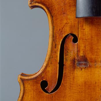 """Détail de l'ouïe du violon dit """"le Provigny"""", Antonio Stradivari, Collection Musée de la musique © Cité de la musique - Photo : Albert Giordan"""