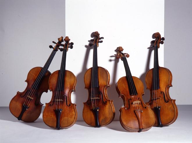 Cinq Violons d'Antonio Stradivari : ″le Davidoff ″ ; ″le Tua ; ″le Longuet″ ; ″le Provigny″ ; ″le Sarasate″, Collection Musée de la musique © Cité de la musique - Photo : Albert Giordan