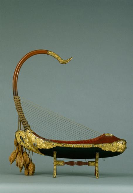 Harpe arquée saung-gaunk, début du XXe, E.998.19.1 © Cité de la musique - Jean-Marc Anglès