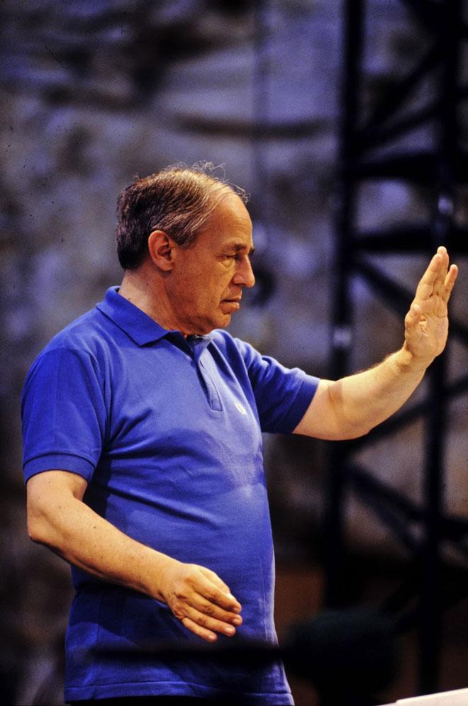 Pierre Boulez dirigeant Répons au festival d'Avignon en 1988, photographie de Daniel Cande © Gallica-BnF