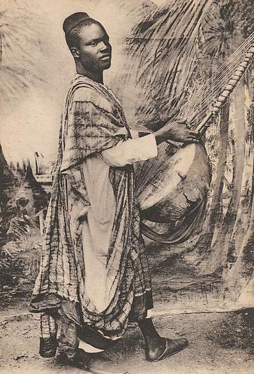 Afrique Occidentale (Sénégal), Dakar, Griot indigène avec son instrument © Metropolitan Museum