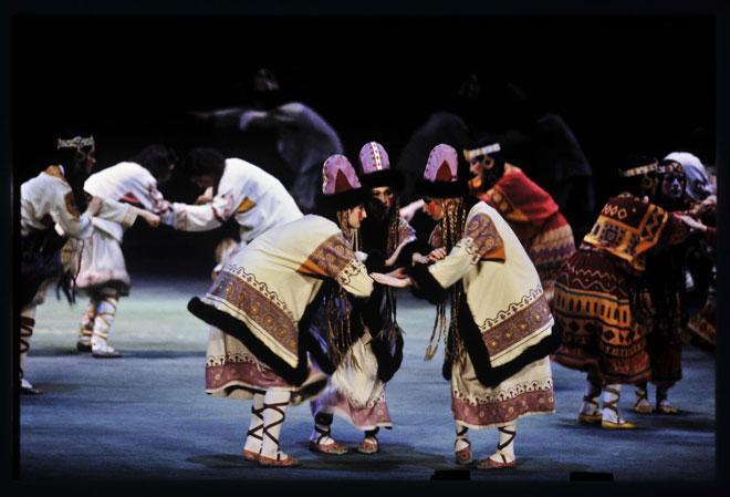 Le Sacre du printemps, Danse des adolescentes, représentation à l'Opéra Garnier en 1991, chorégraphie de Nijinski, photographie de Daniel Cande © Gallica-BnF