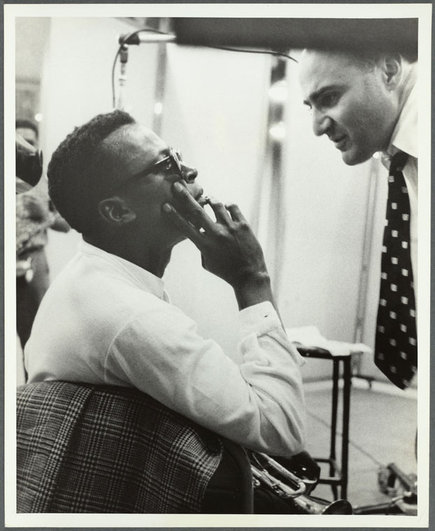 Miles Davis et George Avakian en studio d'enregistrement avec John Coltrane au fond, 1955-1956 © NY Public Library, digital collections
