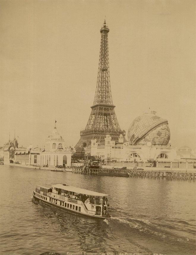 Exposition universelle de 1900 à Paris, la Tour Eiffel et le grand globe céleste © INHA