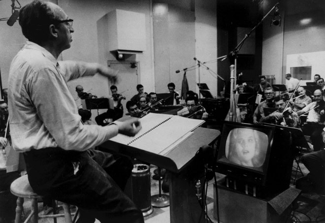 Aaron Copland dirigeant la musique pour le film Something Wild, 1961. Library of Congress