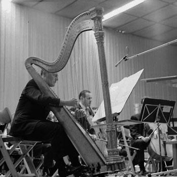 Ernest Bour dirigeant Francis Pierre dans une interprétation de Chemin I (sur Sequenza II) pour harpe et orchestre de Berio, 1965 © Landesarchiv-Baden-Württemberg