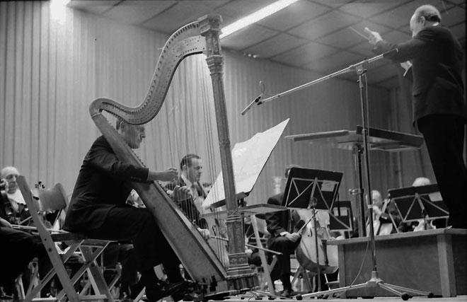 Ernest Bour dirigeant Francis Pierre dans une interprétation de Chemin I (sur Sequenza II) pour harpe et orchestre, 1965 © Landesarchiv-Baden-Württemberg