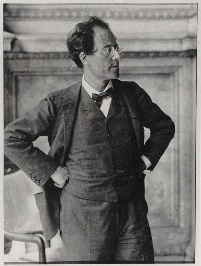 Gustav Mahler dans le hall de l'opéra de Vienne en 1907 © Gallica-BnF