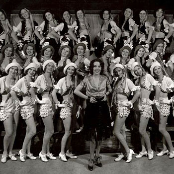 Ethel Merman et un chœur chantant I Got Rhythm dans la production Girl Crazy © NY Public Library, digital collections