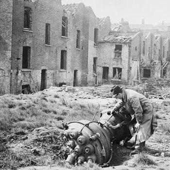 Après un bombardement à Londres, mars 1945 © Imperial War Museums