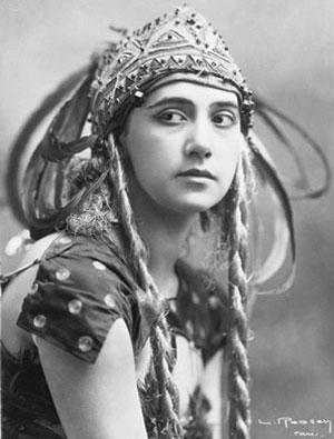 Portrait de Tamara Karsavina dans l'Oiseau de feu 1910 © Bnf