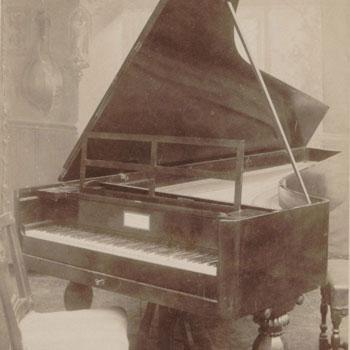 Le piano Conrad Graf de Beethoven, photographie de Emile Koch [Détail] © Gallica BnF