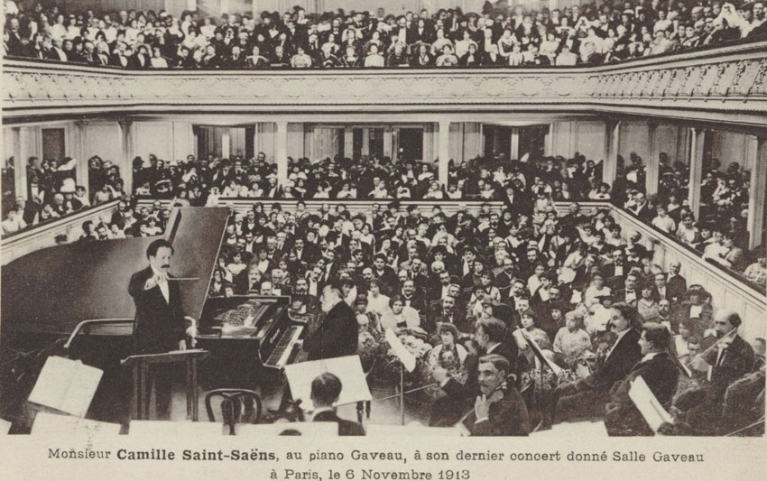 Monsieur Camille Saint-Saëns, au piano Gaveau, à son dernier concert donné Salle Gaveau à Paris, le 6 novembre 1913, d'après une photographie © Gallica BnF