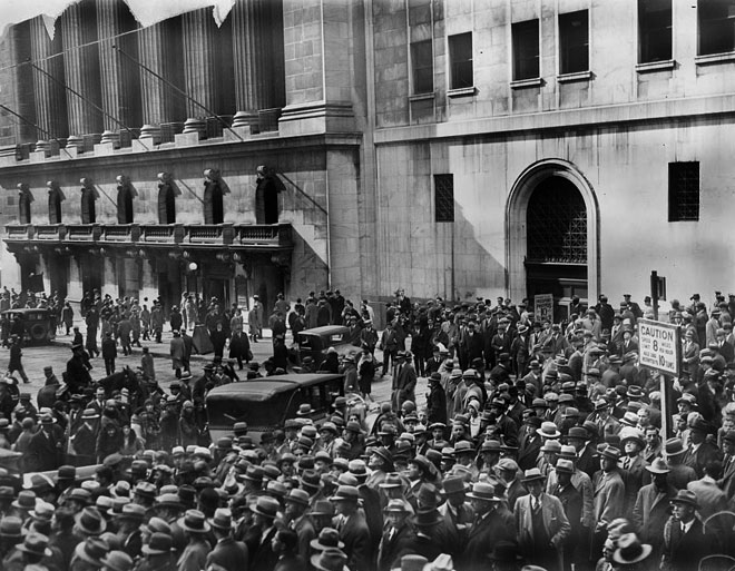 Foule devant la Bourse de New York après le krach de 1929 © Library of Congress