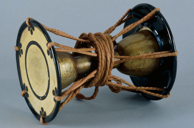 Tambour sablier kotsuzumi. Photo : Jean-Marc Anglès. Source: Musée de la musique - Cité de la musique - Philharmonie de Paris
