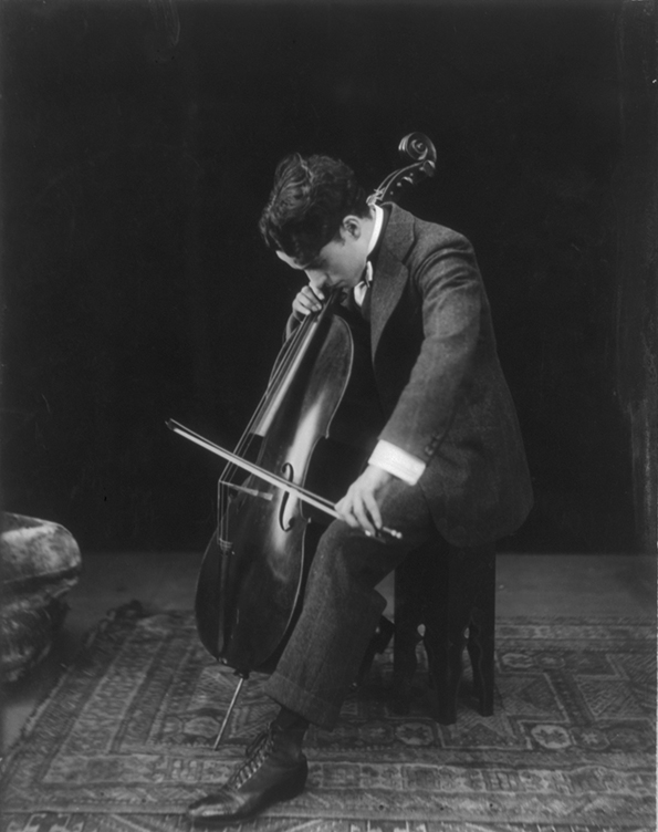 Sir Charles Chaplin jouant du violoncelle, 1915, Library of Congress