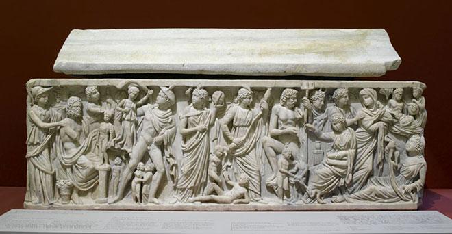 [4] Sarcophage avec la légende de Prométhée (Prométhée est assis à gauche), vers 240<br>Musée du Louvre