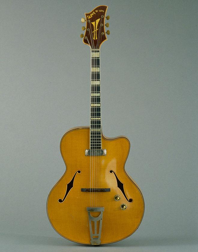 Incontournable - Guitare électrique Jaccobacci - Musée de la musique