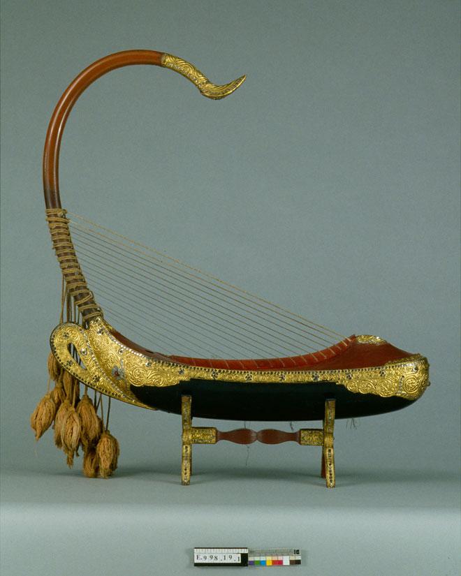 Instrument incontournable - Harpe saung-Gaunk - Musée de la musique