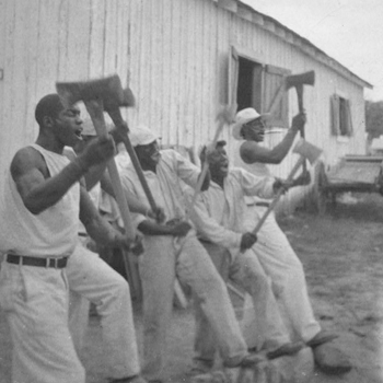Prisonnier afro-américain chantant avec son groupe, Texas, 1934. Source : Library of Congress, Lomax collection