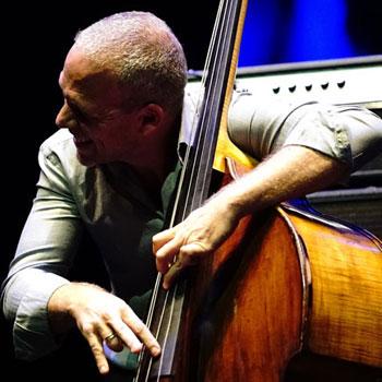 La contrebasse dans le jazz: évolution des techniques et des matériaux |