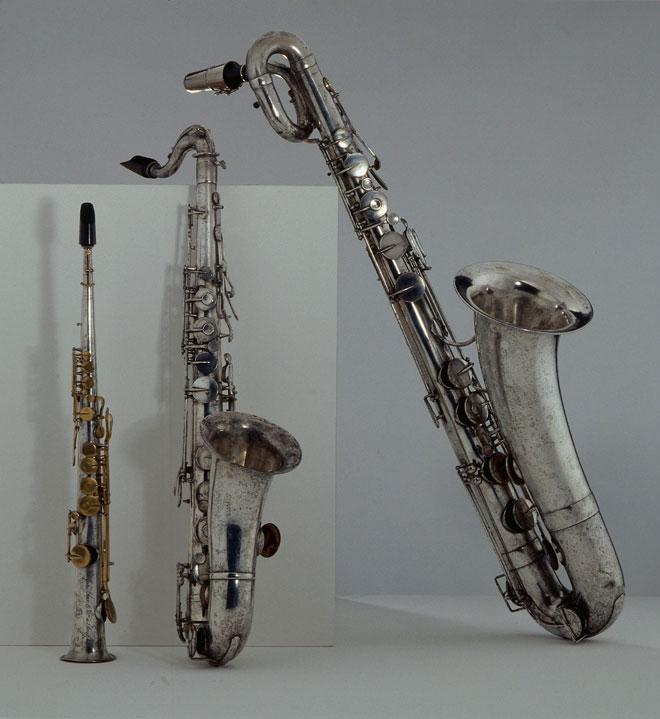 De gauche à droite : saxophones soprano, ténor et baryton © Albert Giordan - Philharmonie de Paris - Musée de la musique