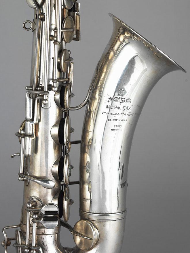 Saxophone ténor, Adolphe Sax, entre 1907 et 1928, détail © Jean-Marc Anglès - Philharmonie de Paris