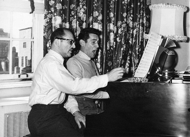 Marc Blitzstein et Leonard Bernstein lisant la partition de The Threepenny Opera, juin 1952, photo de Morris Beck. Library of Congress