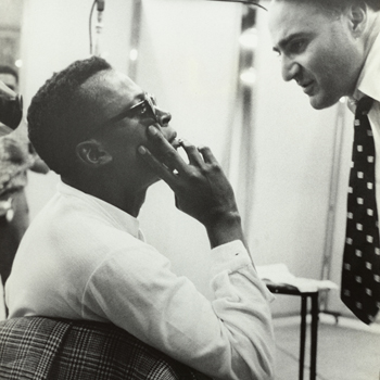 Miles Davis et George Avakian en studio d'enregistrement, avec John Coltrane au fond, 1955-1956. Source : NY Public Library, Digital Collections