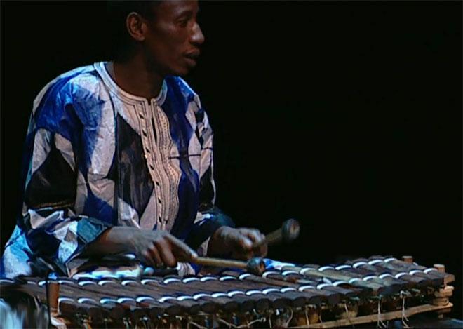 Adama Condé au bálá, concert enregistré à la Cité de la musique le 14 février 2009 © Philharmonie de Paris
